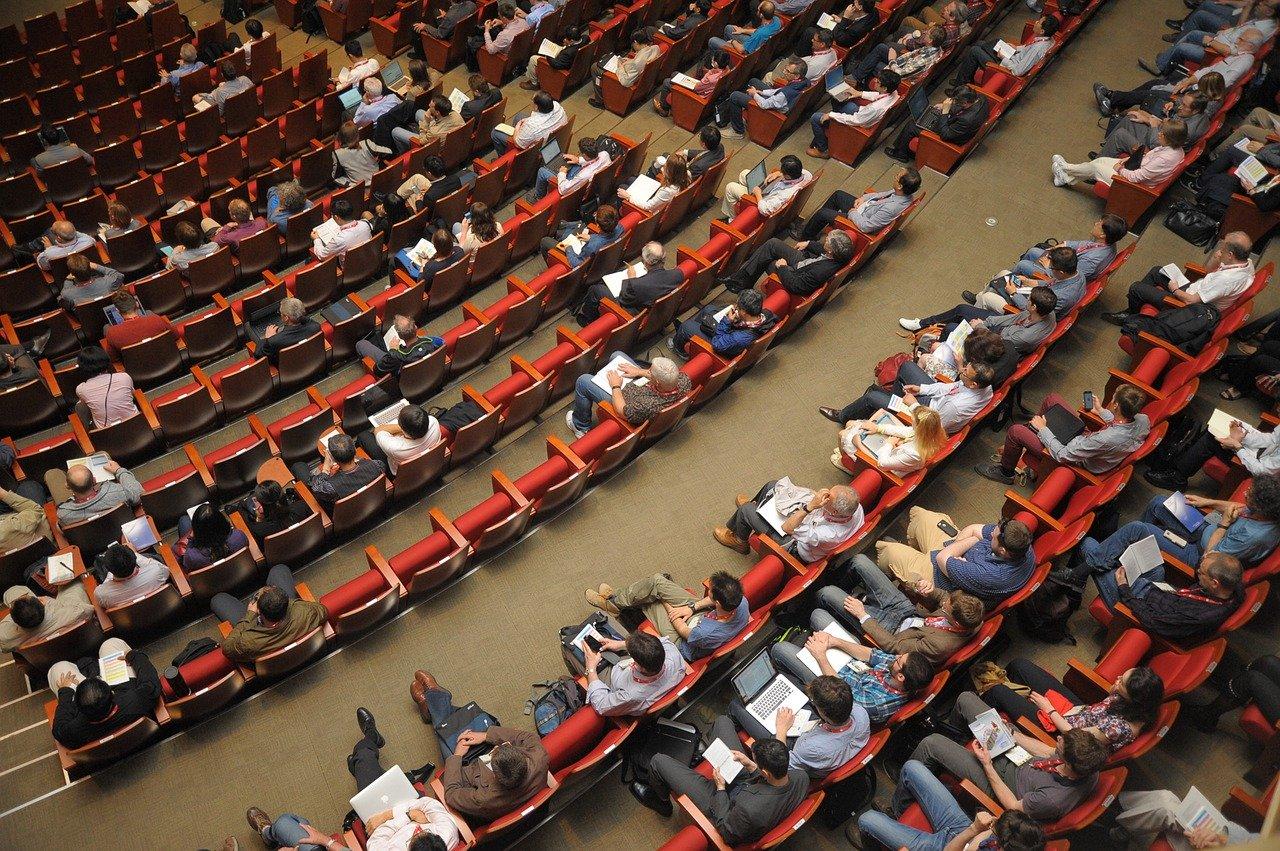 Importancia y Ventajas de asistir a conferencias